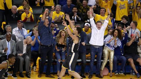 Klay Thompson conecta un triple y los Warriors ganan el Juego 2 ante Spurs.