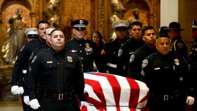 Miles de personas dan último adiós al policía hispano asesinado en Los Á...