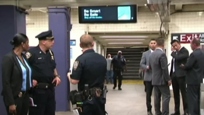 'Nueva York en un Minuto': buscan al sospechoso de empujar a una mujer a...