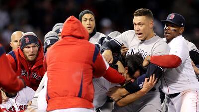 Tremenda bronca en el Yankees-Red Sox vació las bancas en Fenway Park