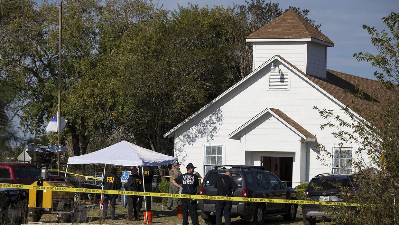 Funcionarios trabajan en la escena de un tiroteo en una iglesia bautista...