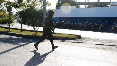 Un militar cruza la calle luego de un tiroteo en México.