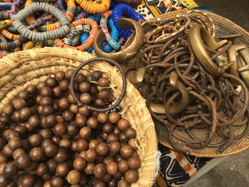 Pulseras importadas de Camerún para atraer la buena suerte.
