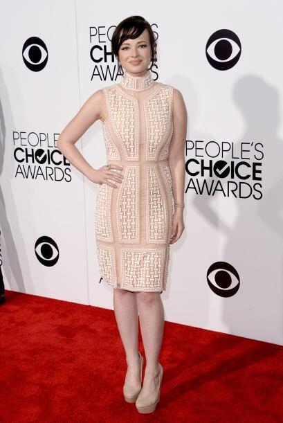 El vestido de Ashley Rickards hubiera sido perfecto, de no ser por esa t...