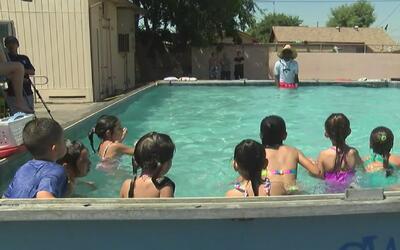 Durante el verano, ofrecen clases de natación gratuitas en piscinas port...