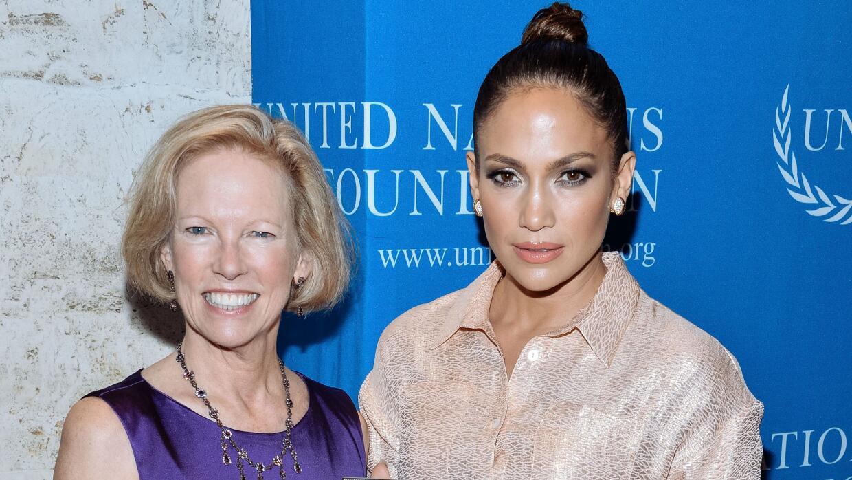 Katy Calvin, presidente y CEO de la ONU, posa con Jennifer Lopez