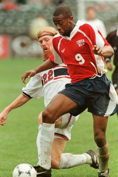 Una imágen difícil de olvidar...Paulo César Wanchope disputando un balón...