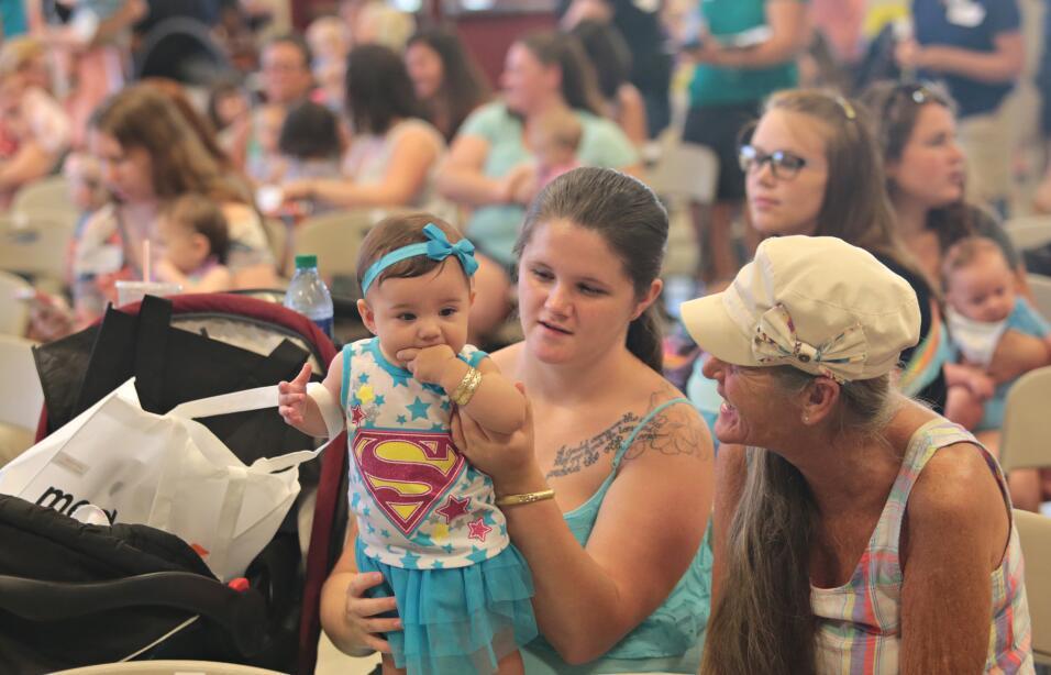 En el estado de Florida mujeres y bebés se congregaron en una gra...