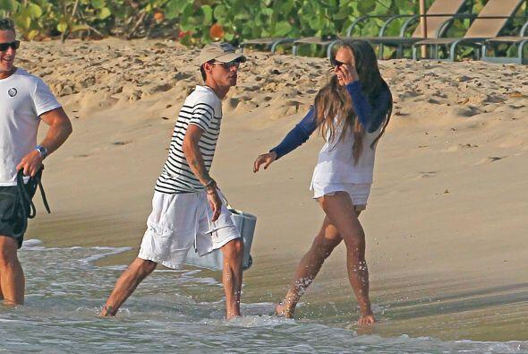 Marc y Chloe remojaron sus pies en el mar. Mira aquí los videos más chis...