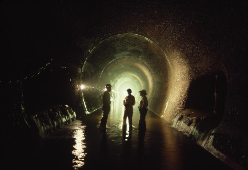 El agua drena desde las esclusas de Miraflores a través de las alcantari...