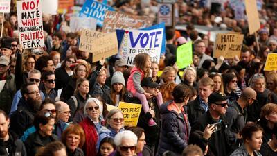 Protestas multitudinarias contra la visita de Trump a Pittsburgh tras el tiroteo en la sinagoga