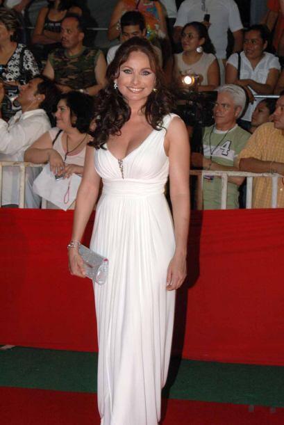 Elizabeth Álvarez utilizó un vestido en blanco y un diseño sencillo pero...