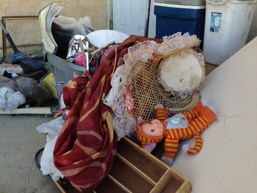 Juguetes abandonados dan cuenta de la presencia de niños en la propiedad.