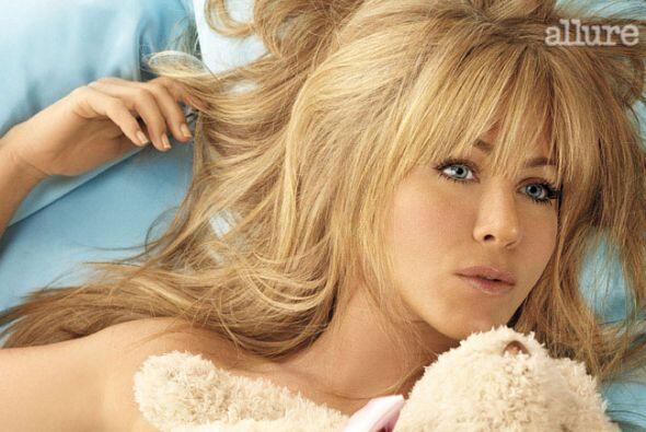 Aquí podemos ver a Jennifer en la controversial foto de la revista Allur...