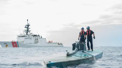 Un buque de la Guardia Costera detectó una nave semisumergible en las co...