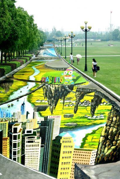 Así los estudiantes pasan diariamente sobre la pintura más grande del mu...