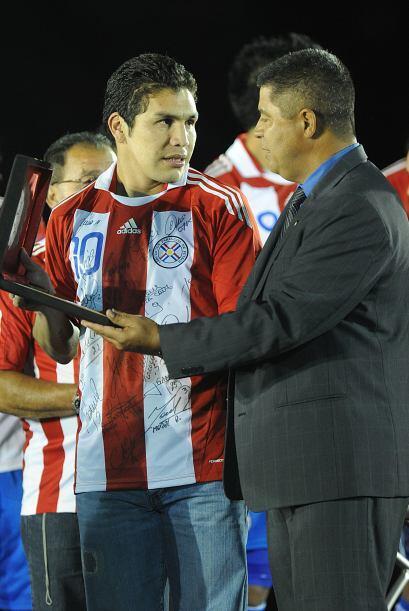 El dirigente costarricense Víctor Hurtado fue uno de los que le entregó...