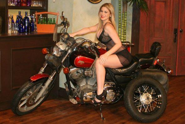 La moto no es solamente parte del adorno del set, es un accesorio que le...