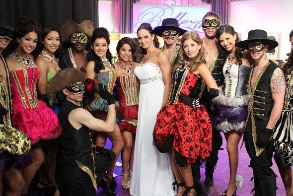 Lupita posó con las chicas antes de salir al escenario.