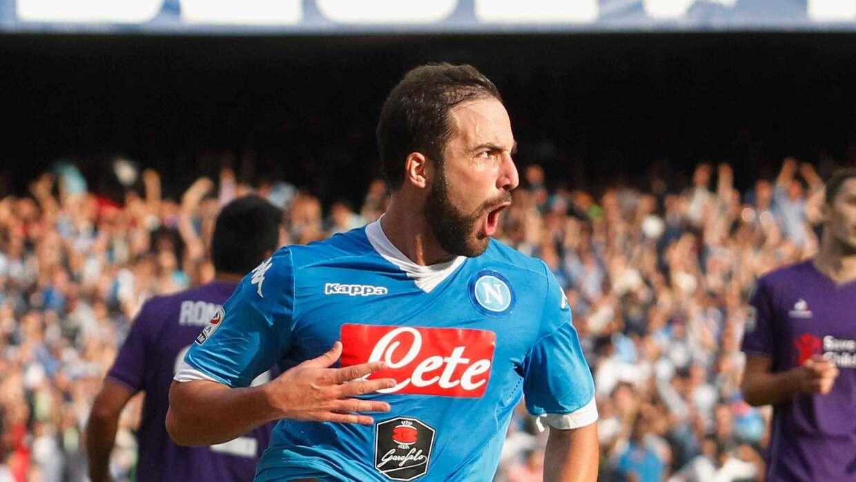 Higuaín y Nápoles derrotan a la Fiorentina