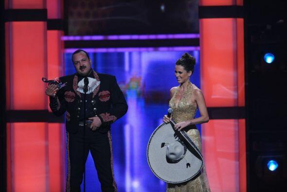 La noche tocó uno de sus climax cuando fue reconocido con el Premio a la...