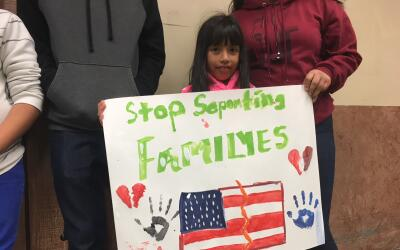 Perla Ojeda, de siete años e hija de una indocumentada, sostiene...