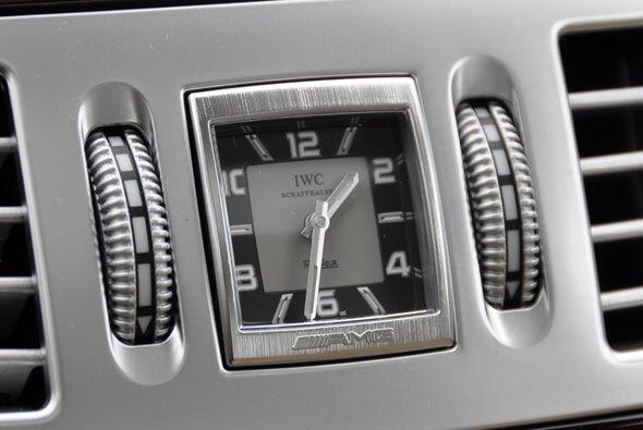 La elegancia está en todos los detalles, como el reloj análogo en la con...