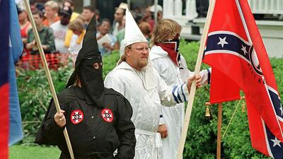 Miembros del Ku Klux Klan en Jasper, Texas, protestan ante un juzgado (a...