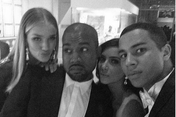 Uno de los selfies de la noche fue en compañía de Rosie Huntington y Oli...