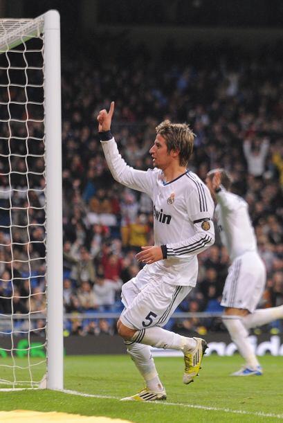 El lateral izquierdo Fabio Coentrao recibió la pelota de Cristiano y se...