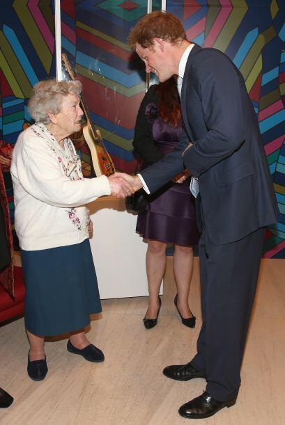 Con 102 años, Gertrude Viger, saludó y bromeó con el príncipe, mientras...