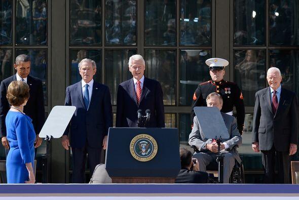 El presidente de EEUU, Barack Obama, y los cuatro expresidentes vivos de...