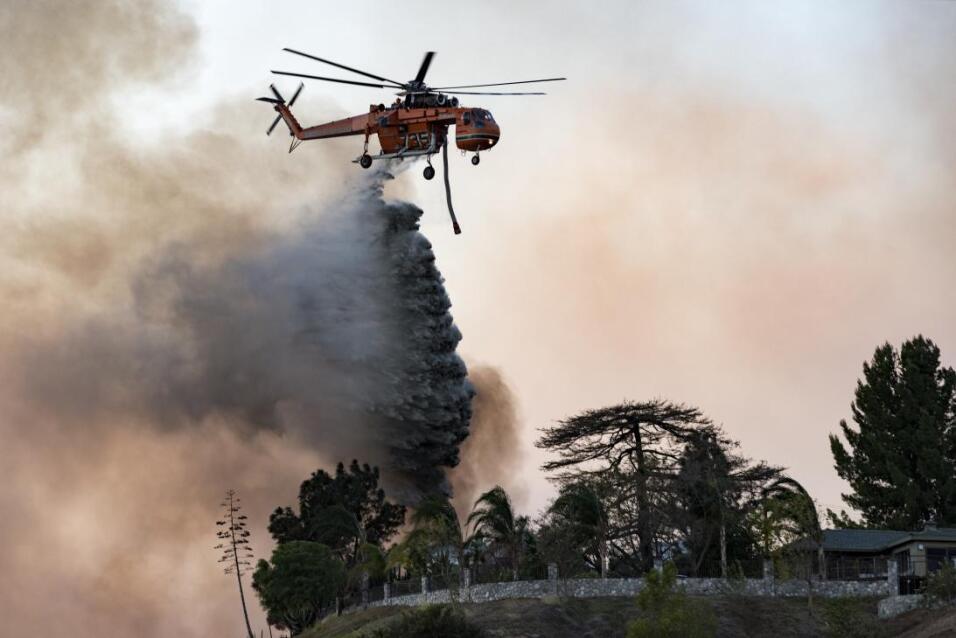 Un helicóptero de los bomberos luchaba contras las llamas en Los...