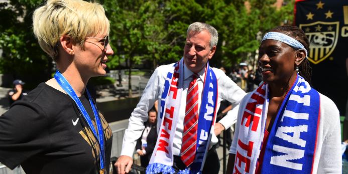La leyenda de Estados Unidos Abby Wambach dialoga con el alcalde de Nuev...