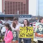 Protestan a favor de dreamers afuera del hotel en Dallas donde se queda el vicepresidente