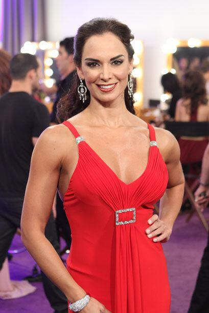 Lupita se vistió de rojo y llegó muy elegante para ir acorde con el glam...