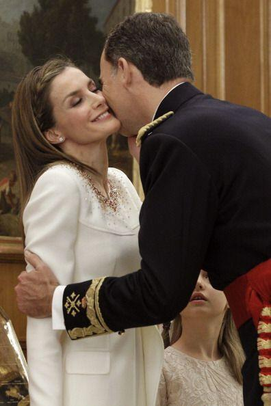 El rey Felipe VI tomaba de los brazos a Letizia, para darle un beso en l...