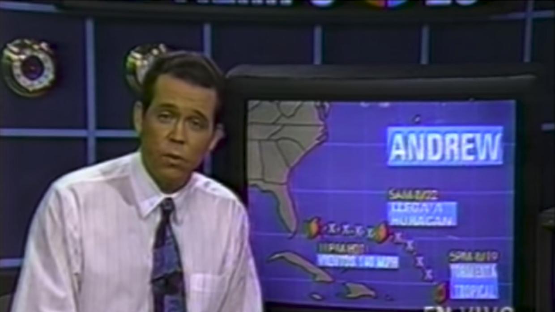 El meteorólogo John Morales durante la cobertura del huracán Andrew en 1...