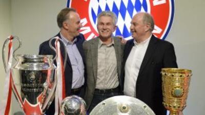 heynckes fue escoltado por la cúpula del Bayern durante la ceremonia en...