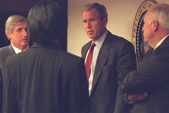 El presidente Bush charla con sus colaboradores más cercanos en el PEOC....
