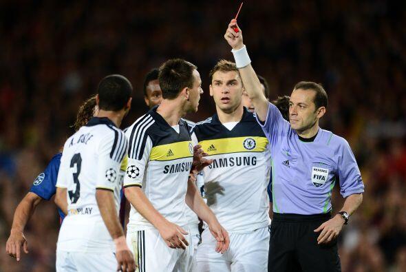 El árbitro se percató de todo y le sacá la roja al defensor inglés.