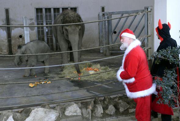 Santa Claus y sus ayudantes ya están haciendo sus arreglos finales para...