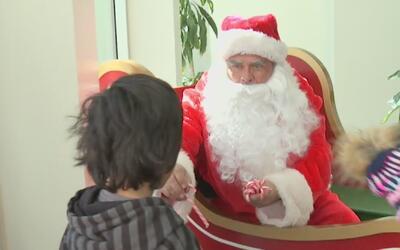 Santa Claus y decenas de voluntarios entregaron regalos de Navidad en Lo...