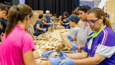 En fotos: Con arroz y sándwiches, cocineros y voluntarios alimentan a los boricuas afectados por María