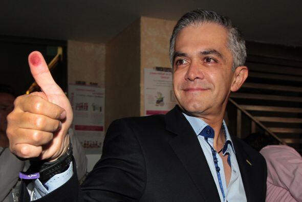 Luego de emitir su voto, el jefe de Gobierno del Distrito Federal (GDF),...