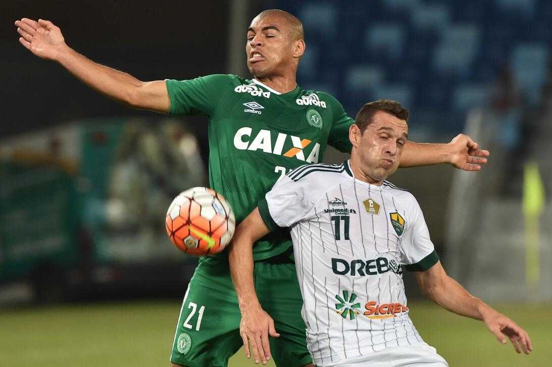 Mateus Caramelo de 22 años llegó al Chape en 2015. El lateral jugó en Sa...
