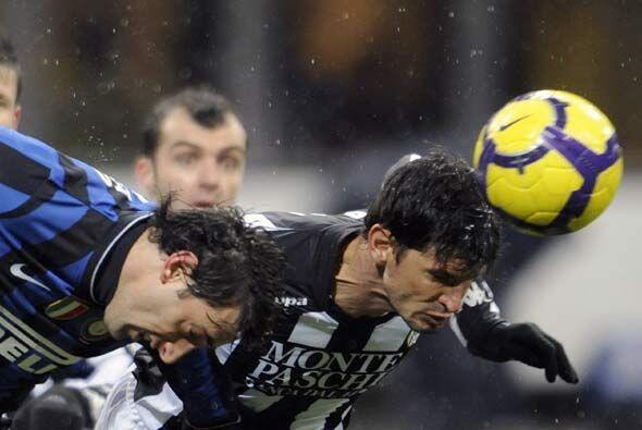 El el 'Calcio' de Italia, el Inter de Milán y el Siena jugaron un apasio...