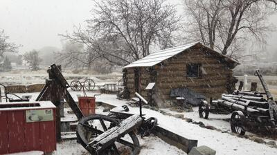 Tormenta invernal dejó nieve en las montañas de California