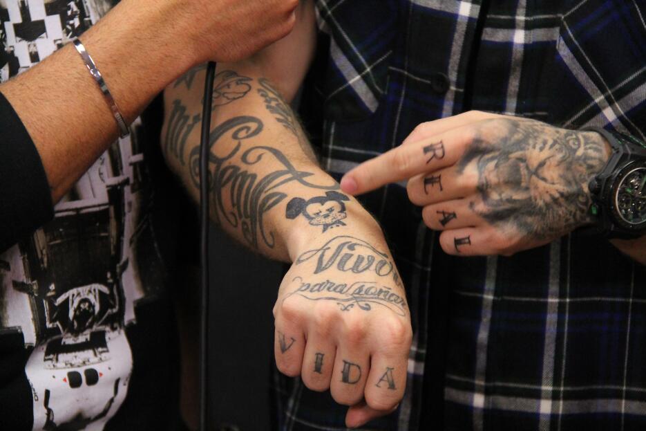 J Balvin nos enseña sus tatuajes IMG_5628.JPG