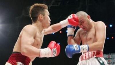 Takahiro Aoh golpea al mexicano Humberto Gutiérrez.